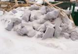В Новом Уренгое жителей одного из дворов возмущает быстро растущая куча строительного мусора (ФОТО)