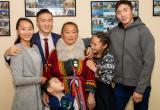 Губернатор округа вручил медаль многодетной маме
