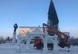 Праздник кончился: в Новом Уренгое убирают елки (ФОТО)