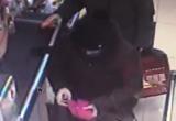 Полиция Нового Уренгоя разыскивает женщину, которая украла телефон (ВИДЕО)