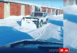 Хочешь сделать хорошо, сделай это сам: в гаражном кооперативе новоуренгоец чистил снег своим автомобилем