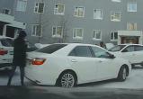 В Новом Уренгое дорогу не поделили пешеход и автомобилист — дело дошло до драки (ВИДЕО)