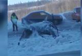 На Губкина снег с крыши скинули на припаркованный автомобиль, изрядно его помяв (ВИДЕО)