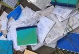 Горожане удивились выброшенным документам на помойку (ФОТО)