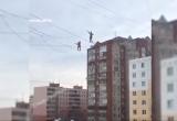 В Уфе мужчины прошлись по канату, натянутому между двух зданий (ВИДЕО)