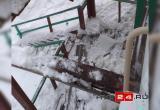 На Сибирской упавшая глыба льда пробила козырек подъезда