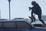 Возле «Солнечного» горожанин кувалдой разбил машину: мужчину уже задержала полиция (ФОТО, ВИДЕО)