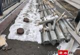 Ни пройти, ни проехать: житель Нового Уренгоя пожаловался на заваленный тротуар (ФОТО)
