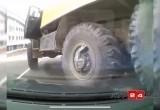 «Беспощадный маневр»: в Лабытнанги «Урал» проехался по легковушке (ВИДЕО)
