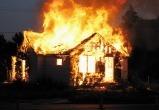 В Аксарке сгорел жилой дом: пожарные тушили огонь почти 4 часа