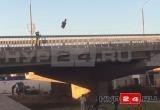 Толпа детей в Новом Уренгое сбрасывала своего пластмассового «друга» с моста (ВИДЕО)