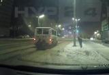 Подростки в Новом Уренгое цеплялись за машины, чтобы прокатиться (ВИДЕО)