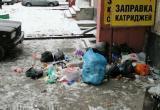 Жильцы многоквартирного дома в Новом Уренгое развели у подъезда свалку (ФОТО)