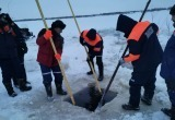 Спасатели доставали тела провалившихся под лед на снегоходе ямальцев в Тазовском районе (ФОТО)