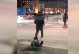 В Салехарде мужчина перекатил ребенка через дорогу на ледянке, чем вызвал гнев в сети (ВИДЕО)