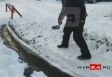В Надыме дорожники при строительстве бордюров заливают бетон прямиком в снег (ВИДЕО)