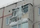 Сосульки в Ноябрьске на балконе: кто должен сбивать? (ОПРОС)